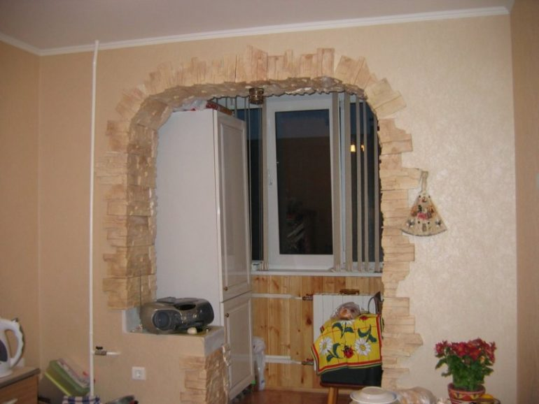 После демонтажа балконного блока получившийся проем так и напрашивается для оформления под арку
