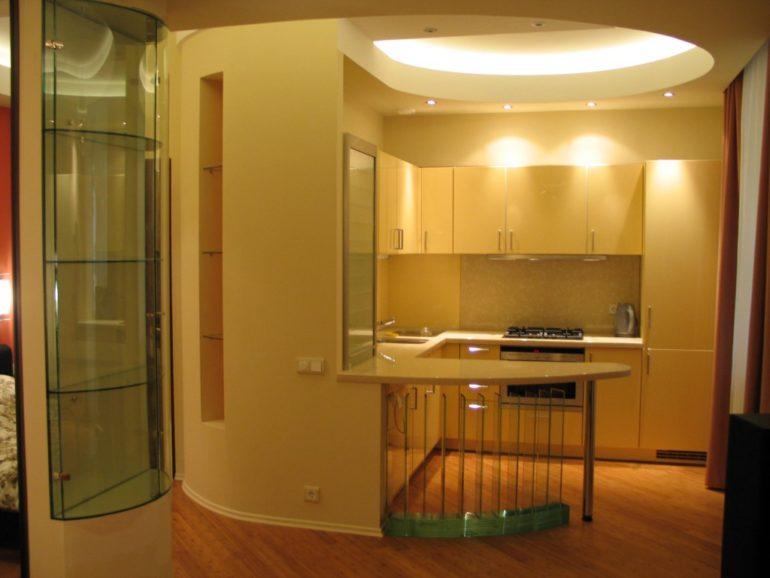 Барная стойка в современных кухнях, пожалуй, самый распространенный способ разделения помещения на зоны