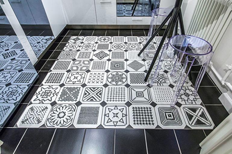 Маленькая кухня обретает больше простора, если она не отделяется напольным покрытием от примыкающего помещения