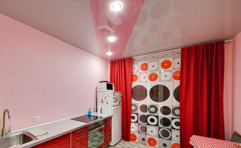 Натяжной потолок на маленькой кухне