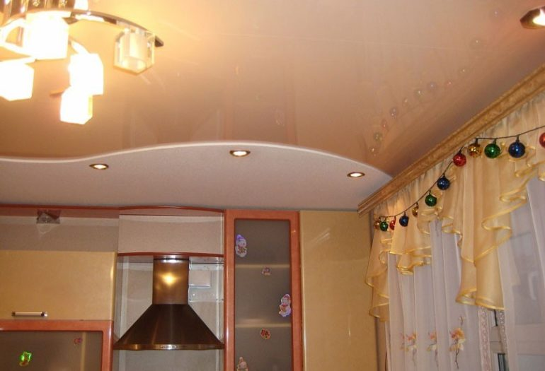 Глянцевый потолок визуально увеличит малогабаритную кухню
