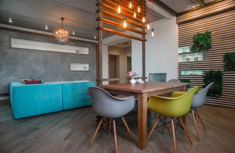 Выделение столовой из общего пространства упорядочивает помещение и делает его более уютным и комфортным