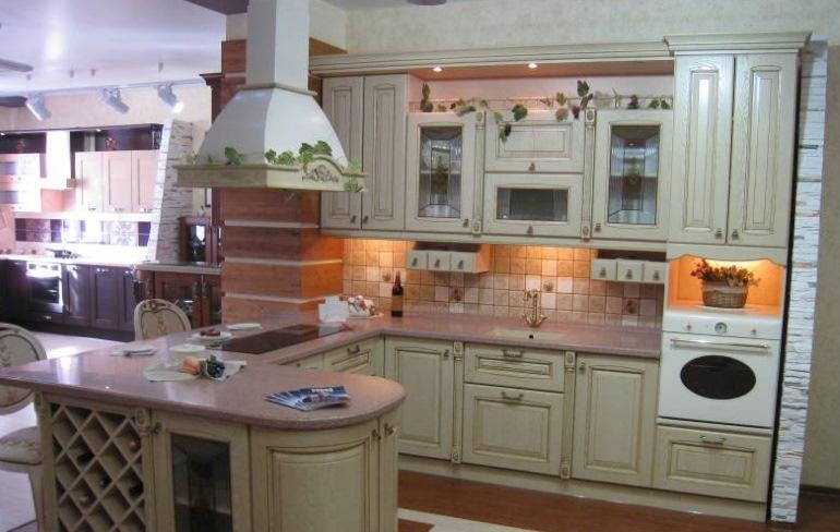 Островная вытяжка для кухни в классическом стиле