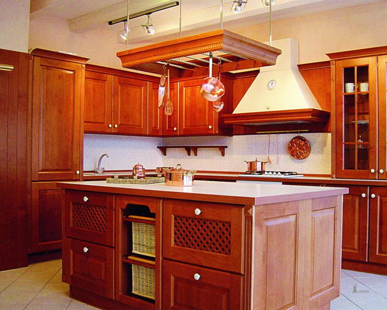 Подбирая вытяжку помните, что она будет не простым дополнением, а станет центром всей вашей кухни