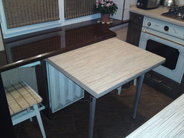 Откидной столик над радиатором отопления