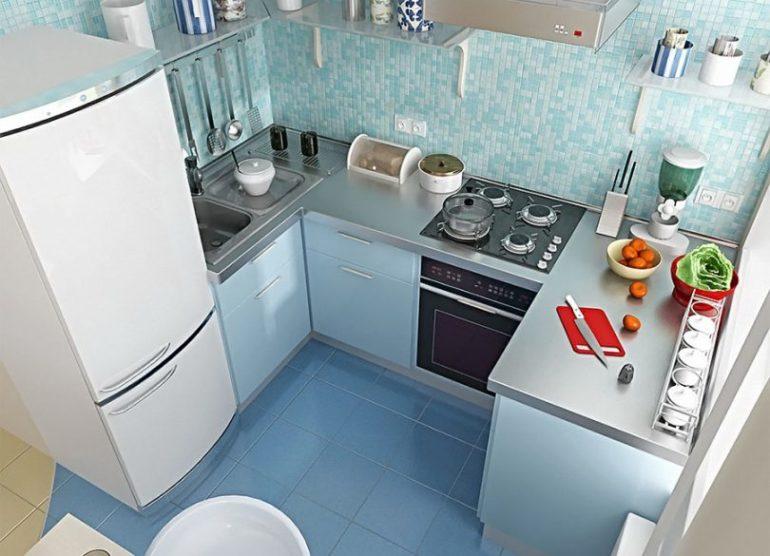 При желании в малогабаритной кухне можно уместить и системы хранения, и бытовую технику, и рабочую зону