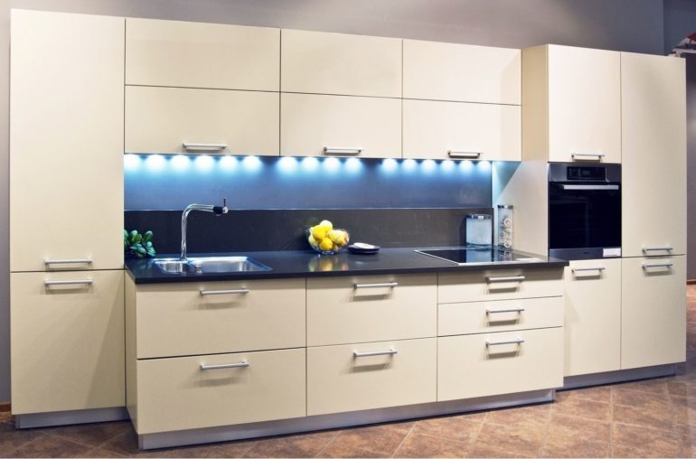 Прямая кухня с пеналами под технику и со множеством закрытых мест хранения кухонной утвари