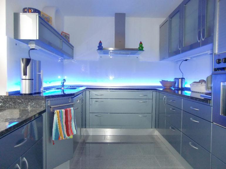 Светодиодный ленты чаще всего используются в декоративных целях, а не как функциональный вариант освещения рабочей зоны