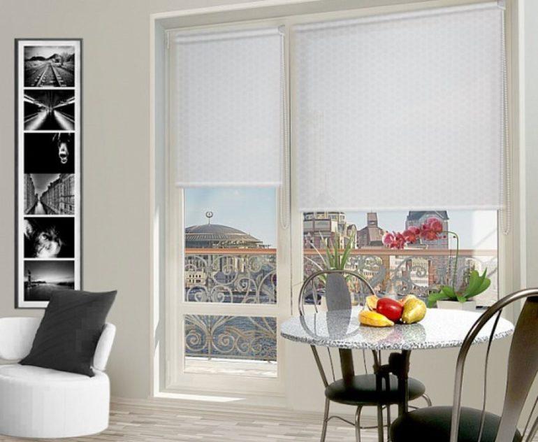 Рулонные шторы для кухни с балконом