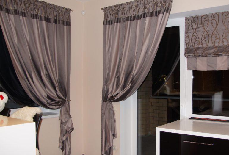 Плотные темные шторы спасут от жары, если окна кухни выходят на солнечную сторону