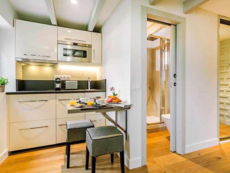 Складная барная стойка-столик на маленькой кухне