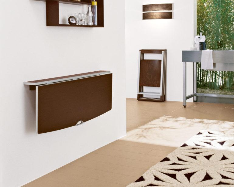 Откидная панель на стенке – пожалуй, самый простой вариант барной стойки