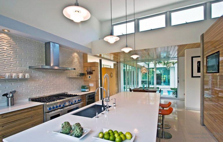 Хай-тек отличается применением высокотехнологичных материалов в отделке и оснащением кухни современной техникой