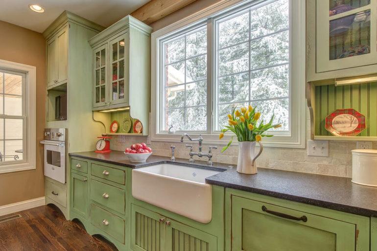 """У каждой кухни в стиле """"кантри"""" есть свой характер, но все они несут домашность и деревенскую атмосферу"""