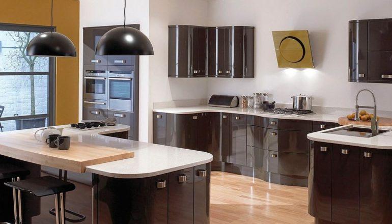 Кухни с гнутыми фасадами изготавливаются только по технологии нанесения акриловой пленки на основу из МДФ
