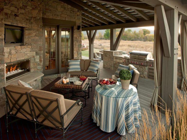 Беседка, объединенная с летней кухней, экономит пространство на дачном участке и служит украшением ландшафтного дизайна