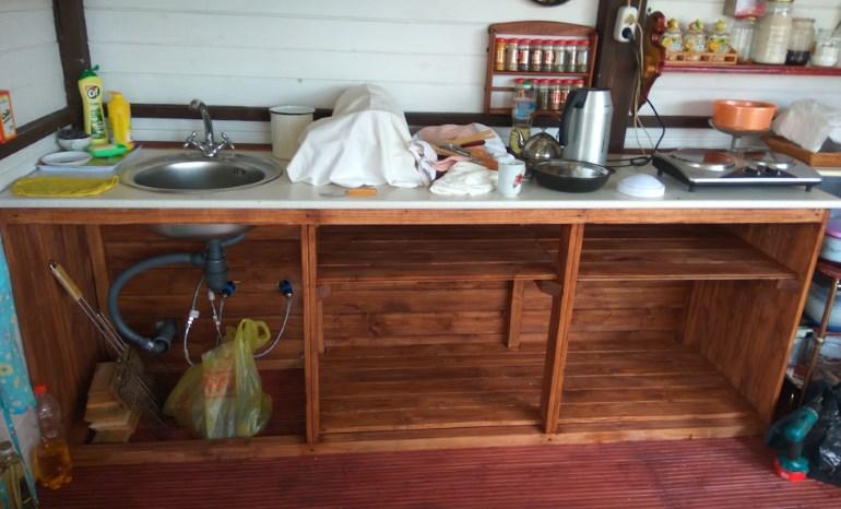 Рабочий стол в летней кухне-беседке