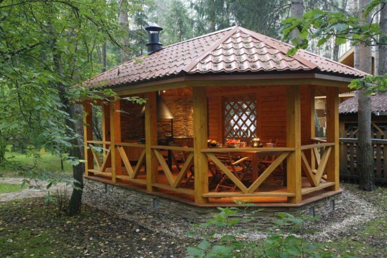 Для самостоятельного изготовления лучше всего подходят деревянные конструкции беседок