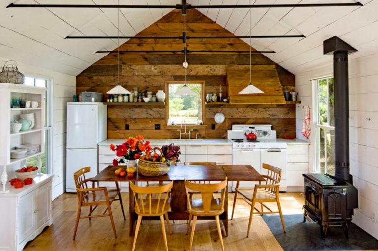 Кухня на даче – это подходящее место для творческих экспериментов, на которые вы не решались в своей городской квартире