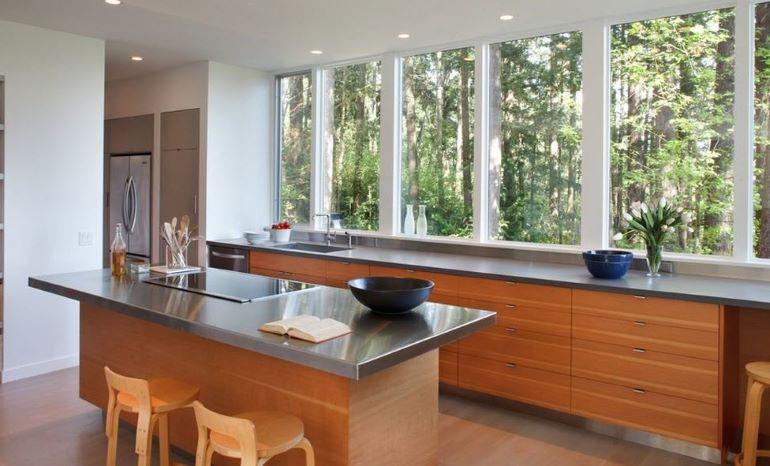 Разместив рабочую зону у окна, вы обеспечите себе хорошее освещение и сможете наслаждаться приятным видом в процессе мытья посуды