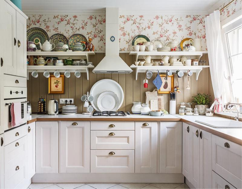 Если габариты и конфигурация кухни позволяют, сделайте в ней П-образную планировку – самую удачную для готовки