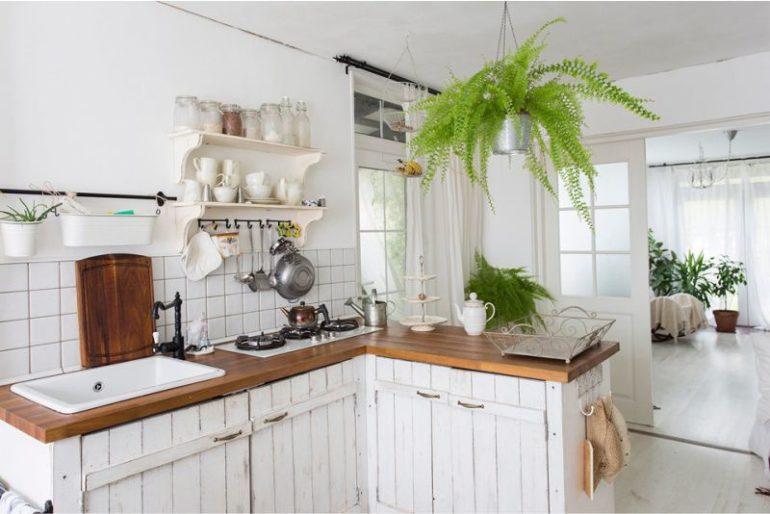Для обустройства стесненной кухни побольше используйте белый цвет и пастельные тона