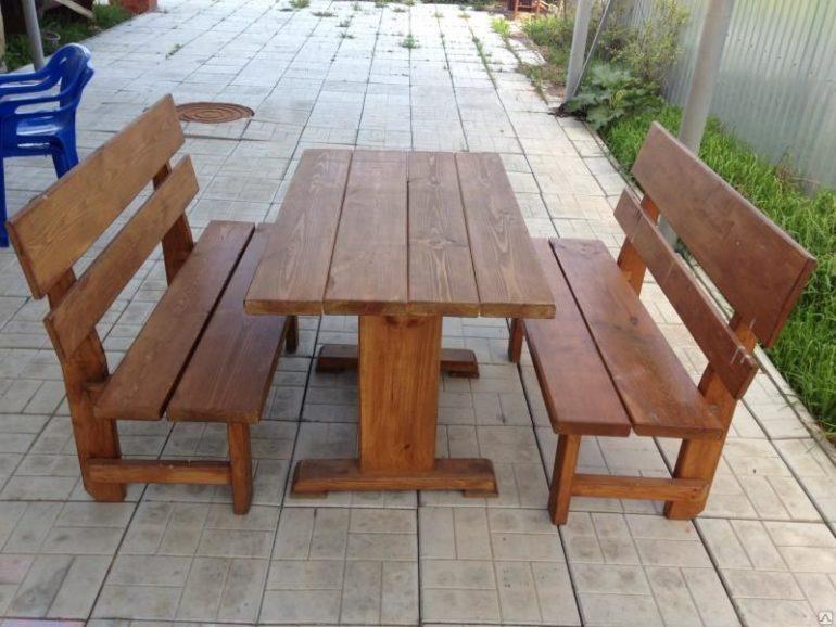 Если на кухне мало места, перенесите обеденную зону на веранду или под навес, установив там добротную мебель из древесины