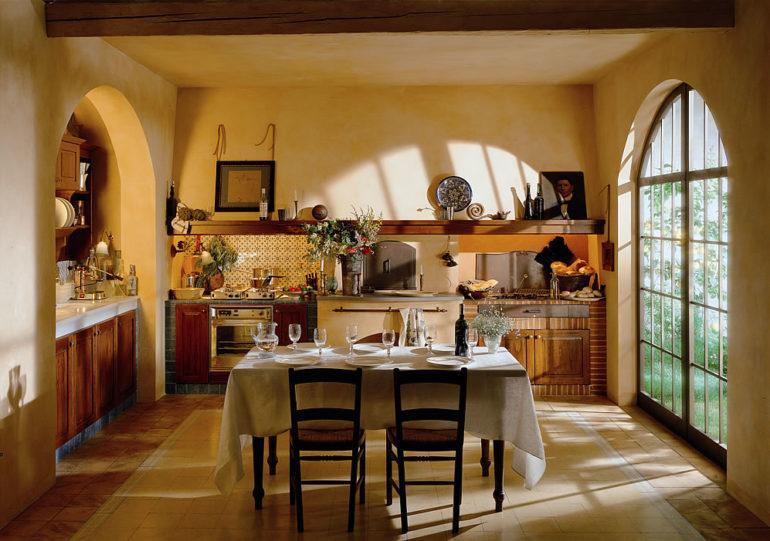 Обеденный стол и французское окно до пола
