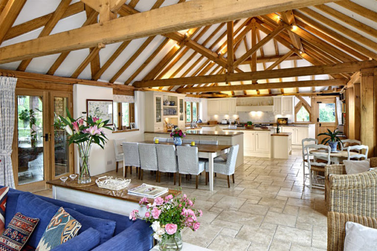 Кухня, гостиная и столовая в едином пространстве дачного интерьера