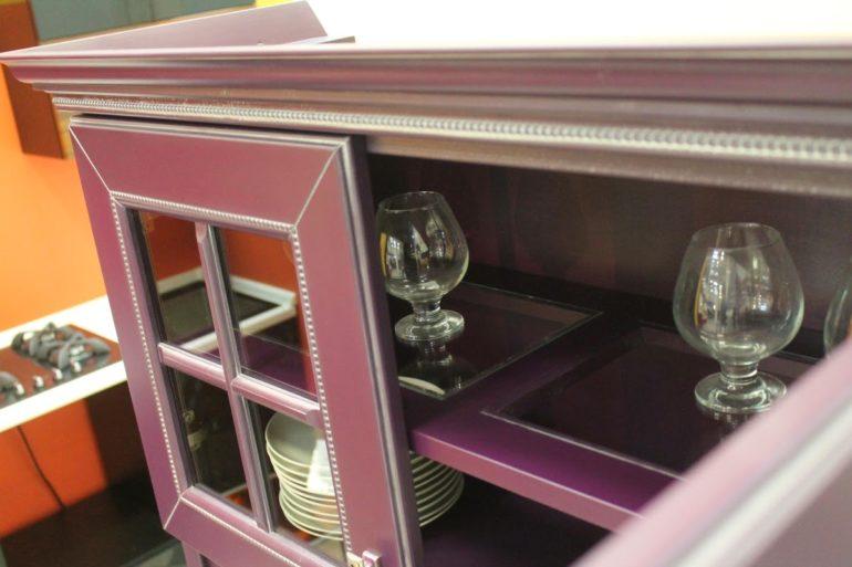 Проводя по торцу деревянной детали рукой, чувствуешь небольшие неровности, шпонированная же мебель вся гладкая и идеальная