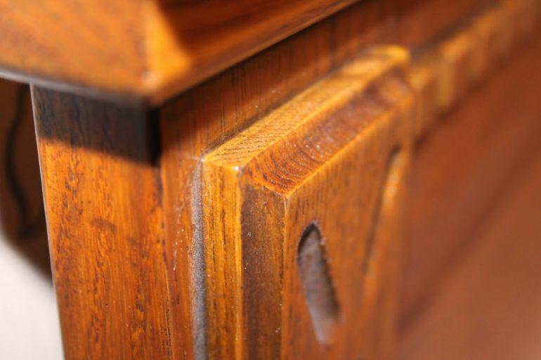 На деталях из дерева всегда видна характерная неоднородность волокон, что не является дефектом, а только служит признаком настоящего природного материала