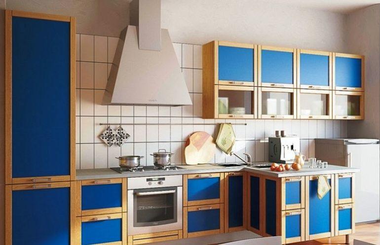 Главная особенность этого фасада в стиле модерн – строгая геометрия форм, дверки сделаны из сосны с вставками из стекла и листового материала