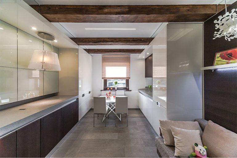Параллельная в два ряда планировка весьма уместна на узкой и вытянутой кухне