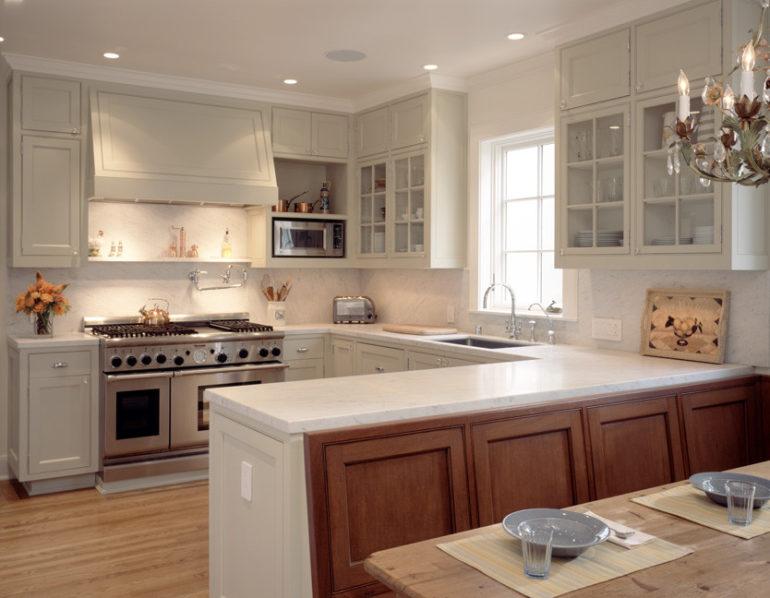 В полуостров можно встроить плиту, холодильник, винный шкаф или сделать из него барную стойку с рабочей зоной