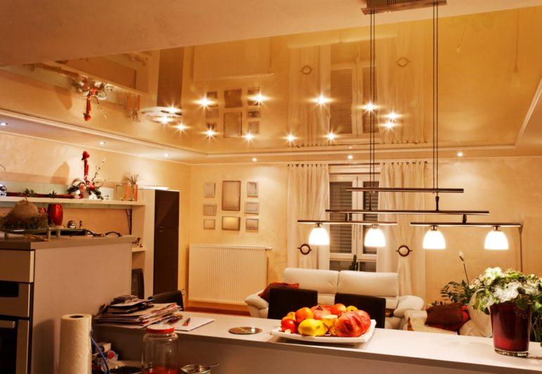Встроенное точечное освещение и подвесные светильники