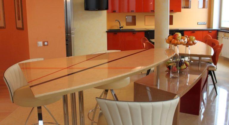 Оригинальная барная стойка в качестве разделителя кухонного пространства