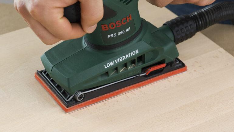 Для подготовки поверхности рекомендуется использовать шлифовальную машину – ручная обработка займет много времени и не даст нужного результата