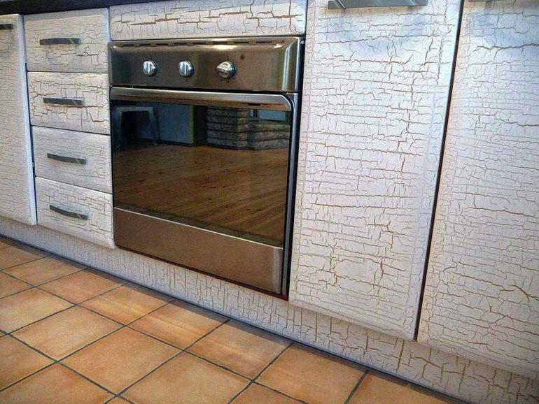 Ажурная паутинка, выполненная в технике кракелюра после окраски фасада, состарила мебельный гарнитур и полностью изменила дизайн кухни