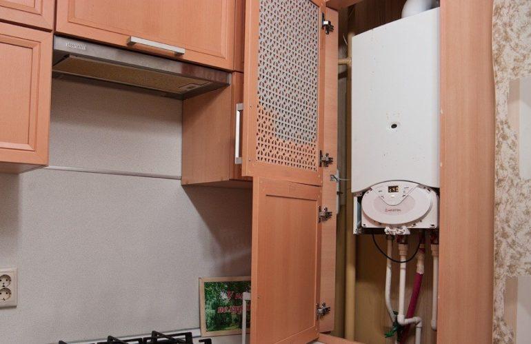 Вентиляция этого котла обеспечивается отсутствием нижней панели шкафчика и его решетчатой дверцей