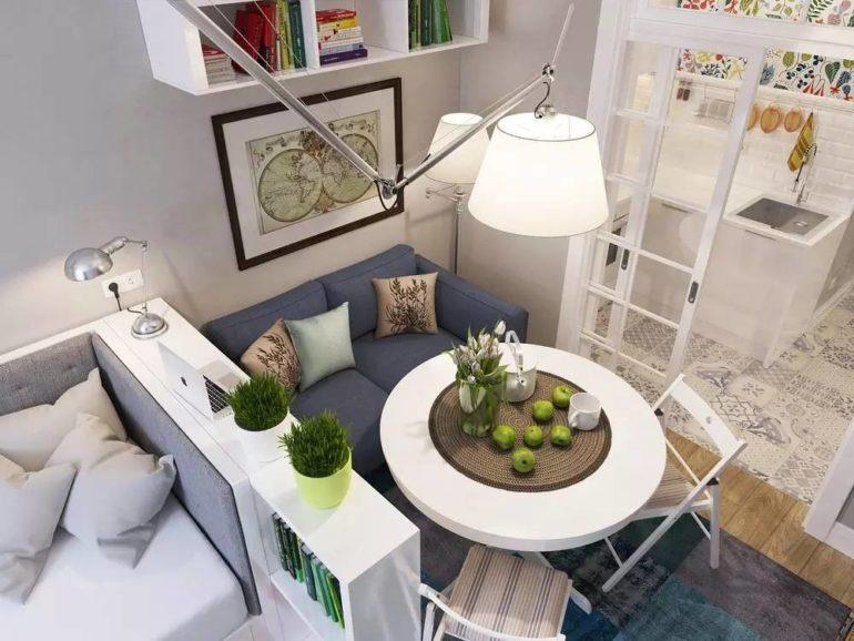 Два дивана в гостиной и круглый обеденный стол