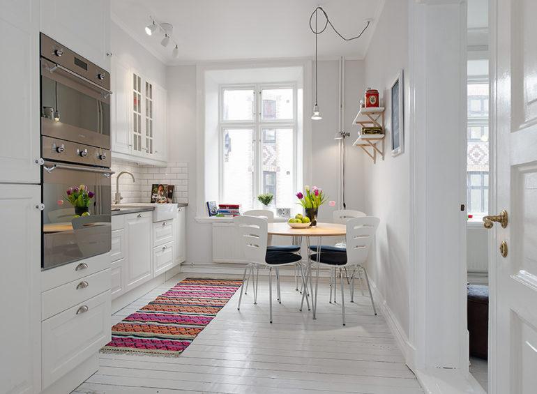 Яркая ковровая дорожка хорошо смотрится возле рабочей зоны, где хозяйка проводит немало времени за приготовлением пищи