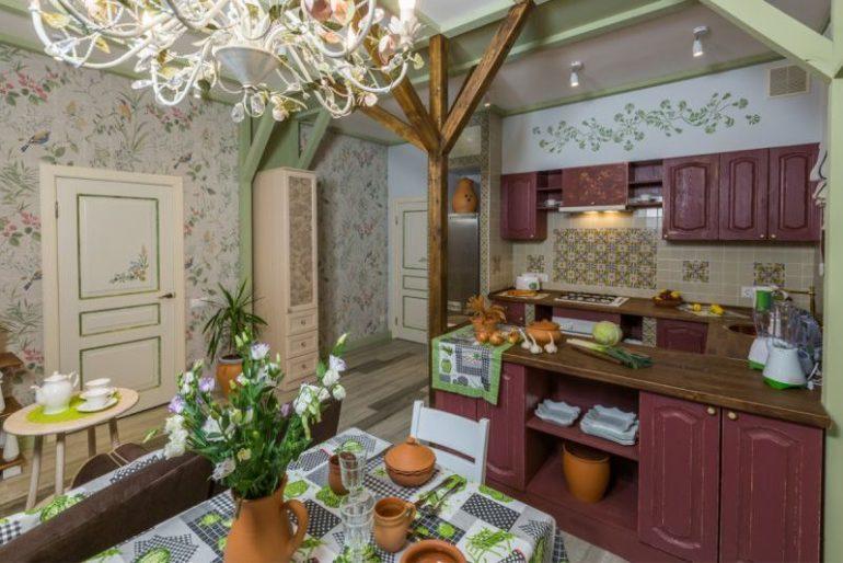 Состаренный кухонный гарнитур и цветы на столе