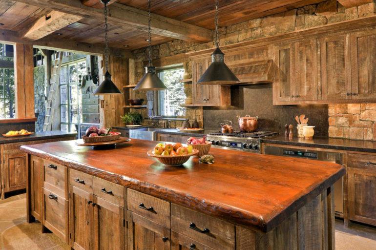 Массивный стол на кухне и деревянный гарнитур