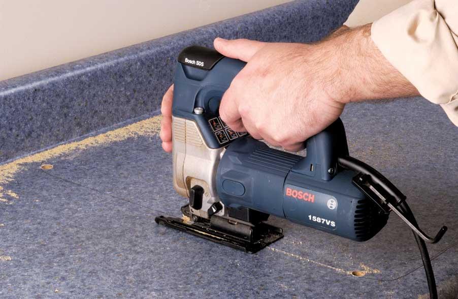 Для врезки мойки просверлите отверстий по углам разметки и сделайте между ними прямые пропилы электролобзиком