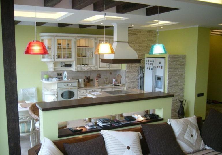 Пример зонирования кухни-гостиной освещением