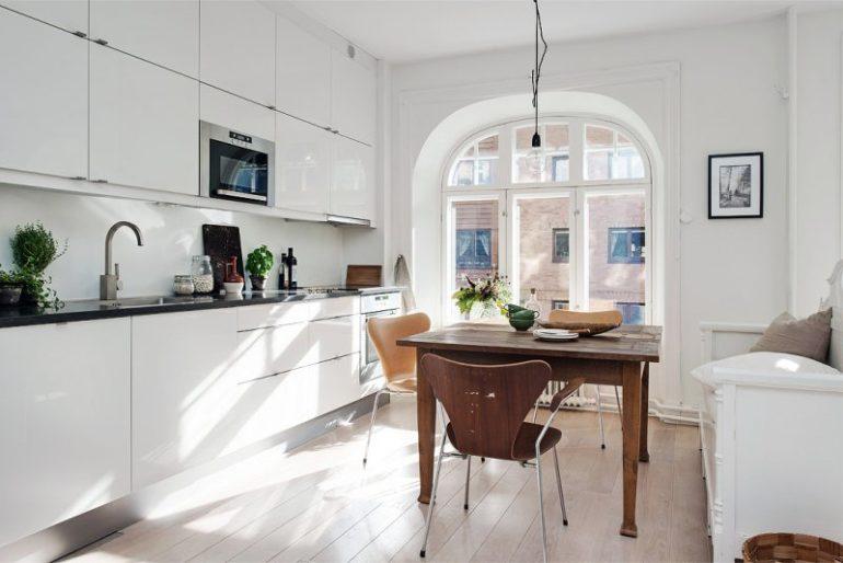 Чтобы кухня гостиная выглядела просторной, нужно продумать количество предметов мебели и поставить только то, что действительно необходимо