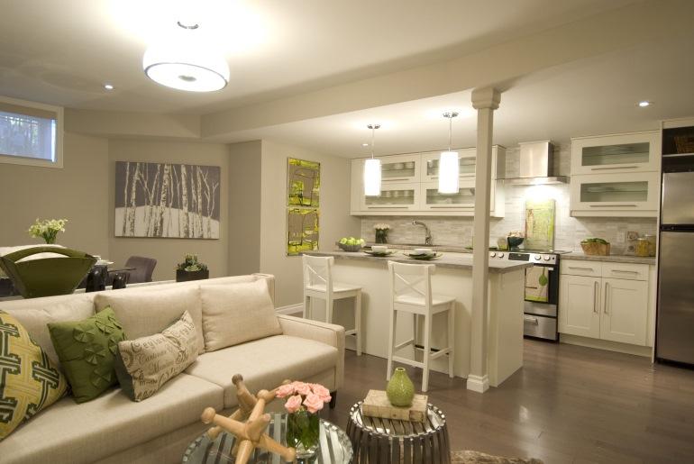 Пример удачного объединения трех функциональных зон: гостиной, столовой и кухни