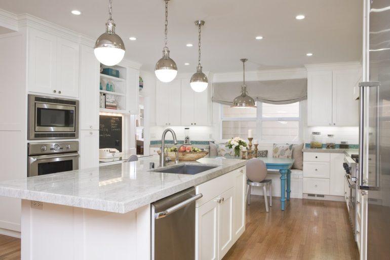 В современной кухне-гостиной должно быть хорошее освещение, что обеспечивается общими светильниками и локальной подсветкой