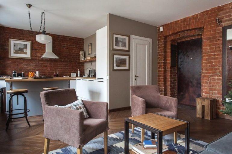 Индустриальный интерьер кухни-гостиной с кирпичными стенами