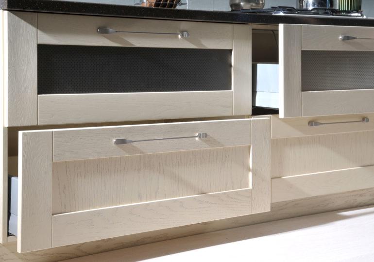 Выдвижные ящики кухонного гарнитура с отделкой шпоном
